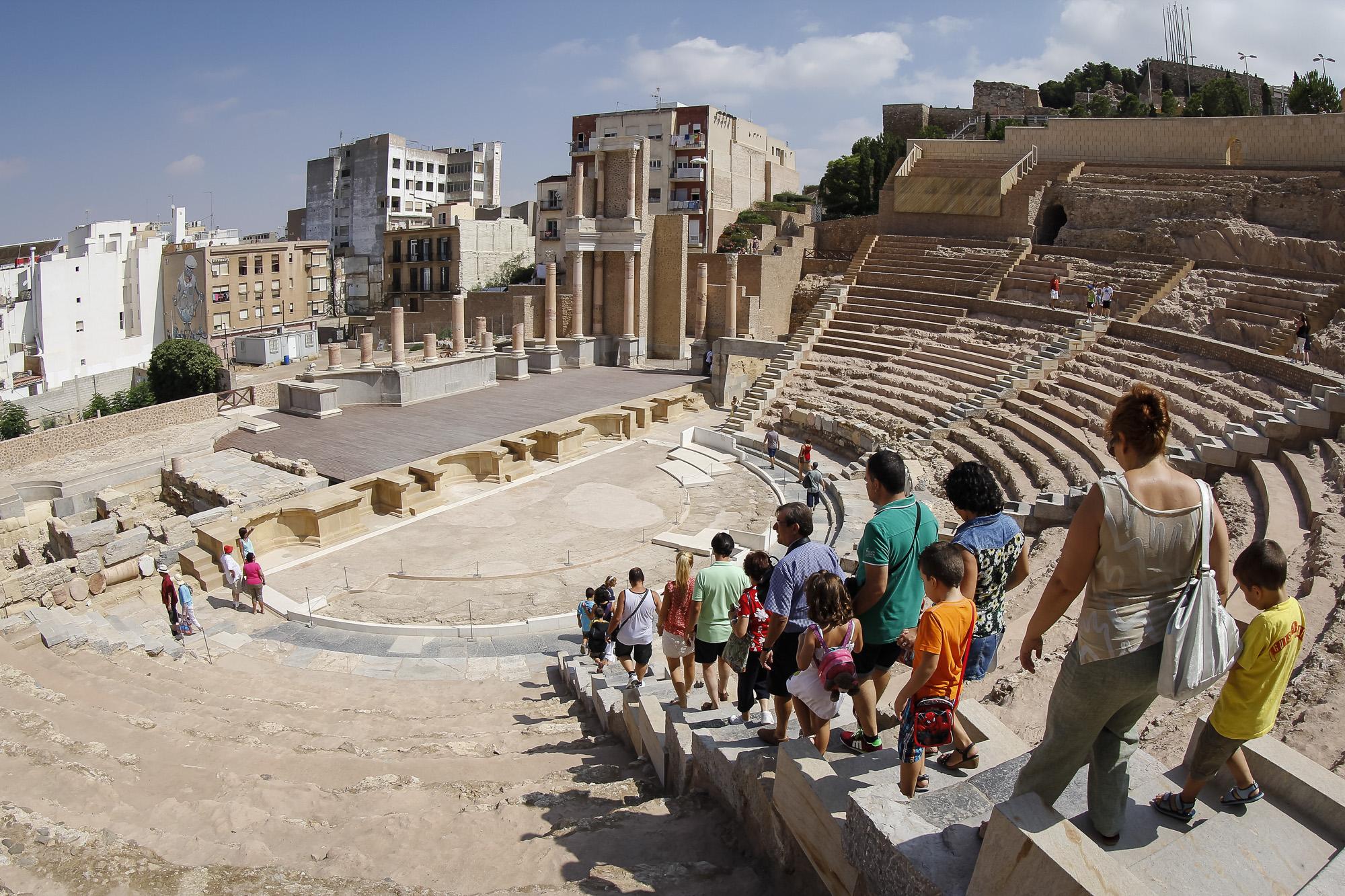 Gente visitando el Teatro Romano de Cartagena